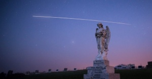 O internauta Andrew Caldwell registrou a passagem da ISS de dentro do cemitério da Baía de Hawke, na Nova Zelândia.